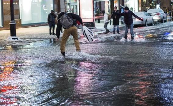 Le centre-ville de Montréal transformé en glissades d'eau